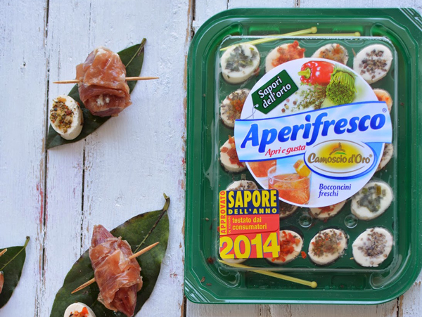Salsiccette-al-Barolo-bardate-di-Prosciutto-di-Parma-su-Foglie-di-Alloro-e-Aperifresco-TAGLIO2
