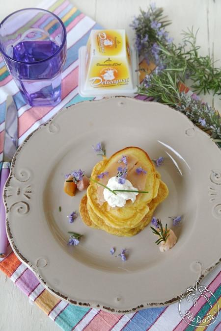 Pancake-salati-con-trota-affumicata-delicapra-e-fiori-di-rosmarino-450x675