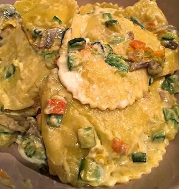 Tortelloni di ricotta con fiori di zucca e verdure croccanti