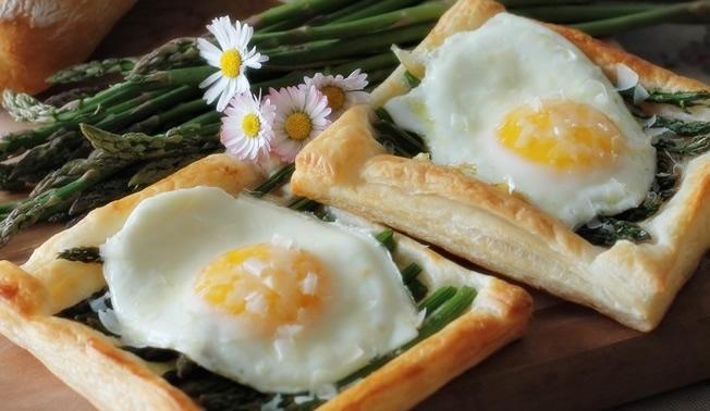 Sfogliatine con asparagi e uova