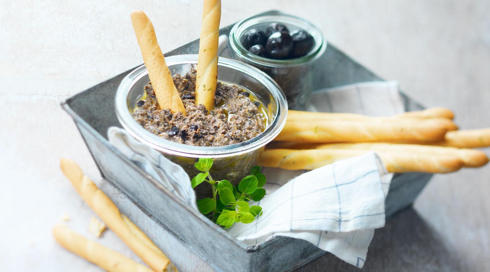 Salsa di olive con formaggio di capra